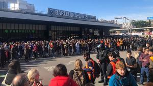 Els manifestants s'han concentrat a les portes de l'estació de Sants després de ser evacuats
