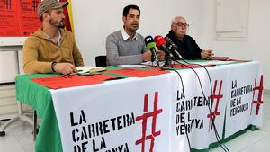 Els portaveus de la Plataforma per la carretera de Poblenou del Delta, Josep Juan Segarra, Joan Capilla i Àngel Biosca.
