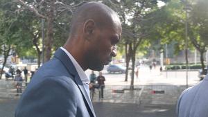 Eric Abidal sortint de la Ciutat de la Justícia després de declarar