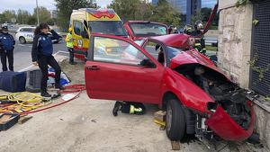 Estado del coche que ha chocado contra un muro en San Blas, Madrid