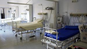 Varias camas en un hospital.