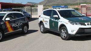 Imagen de archivo de un vehículo de la Guardia Civil y otro de la Policía Nacional
