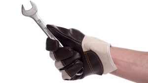 Imagen de archivo de una persona sujetando una llave inglesa