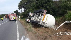 Imagen del camión volcado