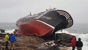 Imagen del 'Divina Mar' varado en la costa coruñesa