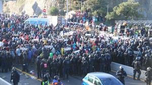Imatge aèria dels manifestants encapsulats per la policia francesa i els Mossos