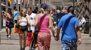 Imatge d'arxiu de turistes passejant pel carrer Saragossa de Salou.