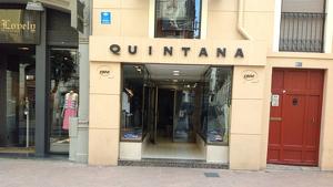 Imatge de la façana de la sastreria Quintana, abans de penjar el cartell de 'liquidació per tancament'