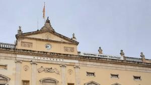 Imatge de la façana de l'Ajuntament de Tarragona, a la plaça de la Font, amb la pancarta de «llibertat presos polítics»