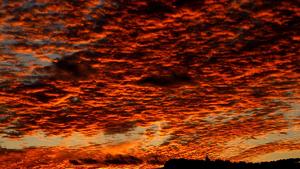 Imatge de la posta de sol d'ahir a Olèrdola (Alt Penedès)