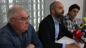 Imatge de l'alcalde d'Alcanar, Joan Roig, entre els portaveus de la Plataforma del Sénia Evelio Monfort i Cristina Reverter