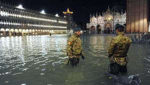 Imatge de l'emblemàtica plaça de Sant Marc de Venècia completament inundada i amb la presència de militars