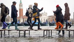 Imatge de les passarel·les que s'han instal·lat a Venècia per esquivar la marea alta