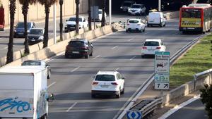Imatge de les rondes de Barcelona amb el cartell de Zona de Baixes Emissions