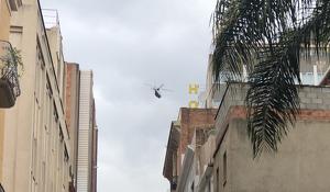 Imatge de l'helicòpter sobrevolant el centre de Reus.