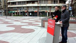 Imatge de part de la plaça Alfons XII de Tortosa amb els regidors del PSC de Tortosa, Eric Roig i Manel de la Vega