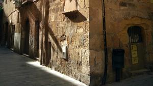 Imatge del bloc municipal del carrer Riudecols de Tarragona, ocupat de manera il·legal per un grup de joves.