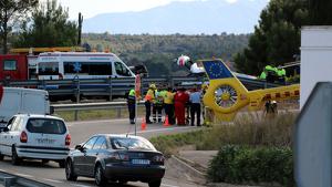 Imatge del moment en què el ferit crític és traslladat pels serveis d'emergència