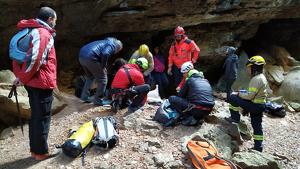 Imatge del rescat, ahir diumenge als Avencs de la Febró