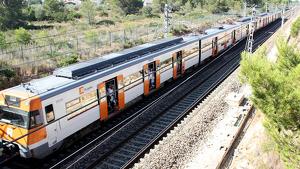 Imatge del tren de l'R16 aturat per una avaria a la catenària a l'Ametlla.
