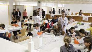 Imatge dels grups que realtizen els tallers de la Setmana de la Ciència