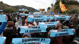 Imatge dels manifestants tallant la frontera.