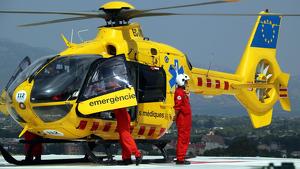 Imatge dels pilots baixant de l'helicòpter del SEM a l'helisuperfície del'Hospital de Tortos