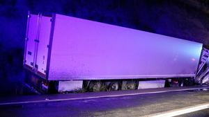 Imatge des de la part posterior del camió accidentat amb un dels vehicles sota la cabina