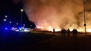 Incendi descontrolat en el polígon industrial de la Vilavella