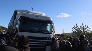 Instant en què el camió intenta atropellar alguns manifestants