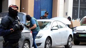 La Guàrdia Civil s'endu caixes d'un domicili del CDR a Sabadell, el 23 de setembre de 2019