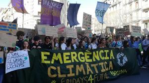 La manifestació dels estudiants contra el canvi climàtic al seu pas pel carrer Pelai de Barcelona
