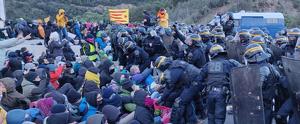 La Policía francesa retirando a los manifestantes