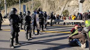 La policia francesa trasllada els cotxes al dipòsit de Perpinyà