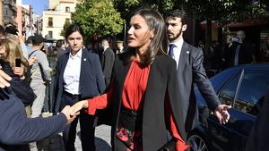 La reina Letizia en el acto público en Sevilla con los directores de las Academias de la Lengua Española