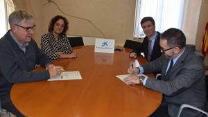 L'alcalde Eduard Rovira i la regidora d'Acció Social Margaret Rovira signen l'acord amb responsables de CaixaBank.