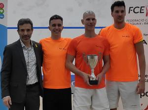 L'equip guanyador, Club Triops de Banyoles, amb el president la federació Joan Casahuga