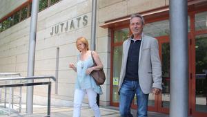 L'exlíder de PxC, Josep Anglada, i l'exsecretària de presidència, Marta Riera, sortint de declarar dels jutjats de Reus