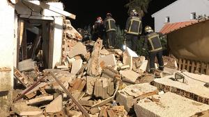Los Bomberos trabajando en la búsqueda de la mujer entre los escombros de la vivienda