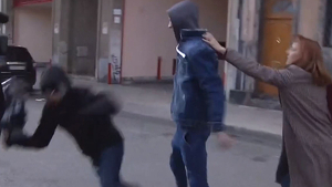 Moment de l'agressió del càmera de Telecinco davant dels jutjats