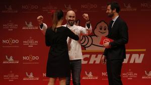Moment en què Artur Martínez, del restaurant Aürt, rep la seva primera estrella a la gala de les Estrelles Michelin. Imatge del 20 de novembre de 2019