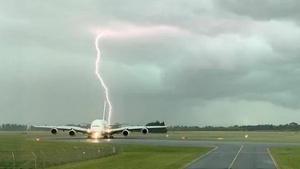 Momento del impacto del rayo que por poco no alcanza el avión