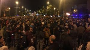 Multitud de manifestants tallant la Diagonal arran la visita institucional del rei Felip