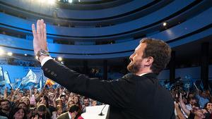Pablo Casado saludant el públic en l'acte d'inici de campanya del 10-N