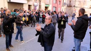 Pla americà de l'alcalde de Roquetes, Paco Gas, al centre de la imatge, sortint del jutjat de Tortosa