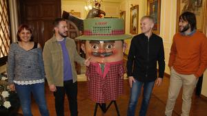 Presentació del festival de titelles Guant de Valls, amb el regidor de Cultura de Valls, Marc Ayala; el director del festival, Eudald Farré, i representants d'Alcover i el Morell