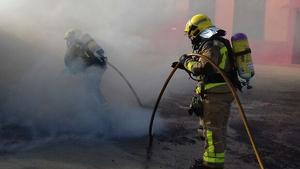 Tres dotacions de Bombers treballen per apagar el foc