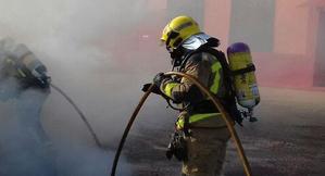 Bombers apagant un incendi
