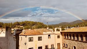 Un arc de Sant Martí, creuant avui el cel de Riudecanyes