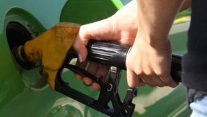 Un conductor posant gasolina a seu vehicle